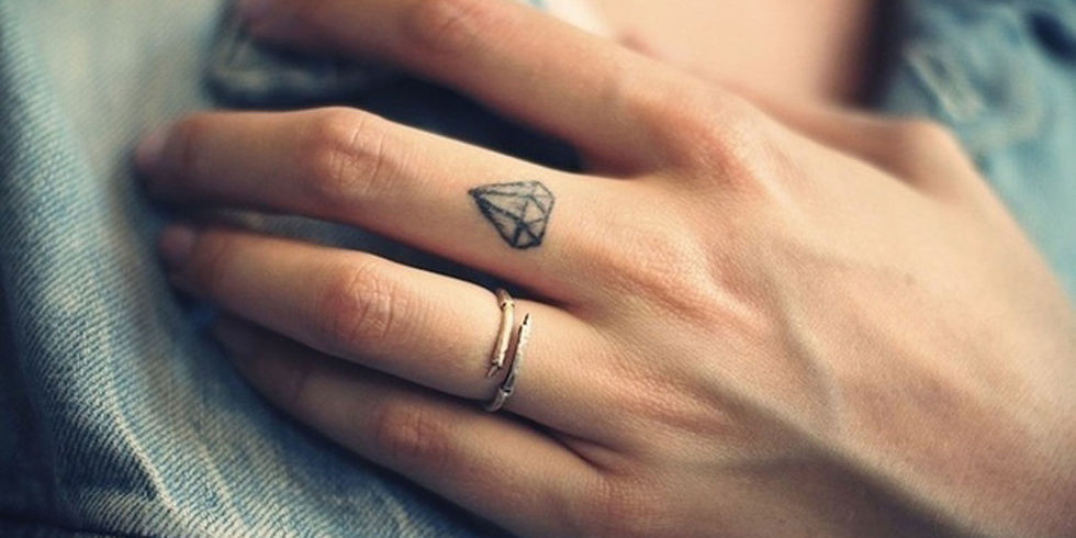 31 Tattoos on Fingers With Interesting Meaning - Tattoos Win